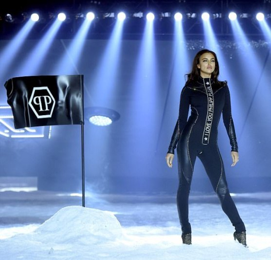 4916C67D00000578-5377369-The_ensemble_was_finished_off_with_I_love_you_Philipp_Plein_embl-a-15_1518344635999